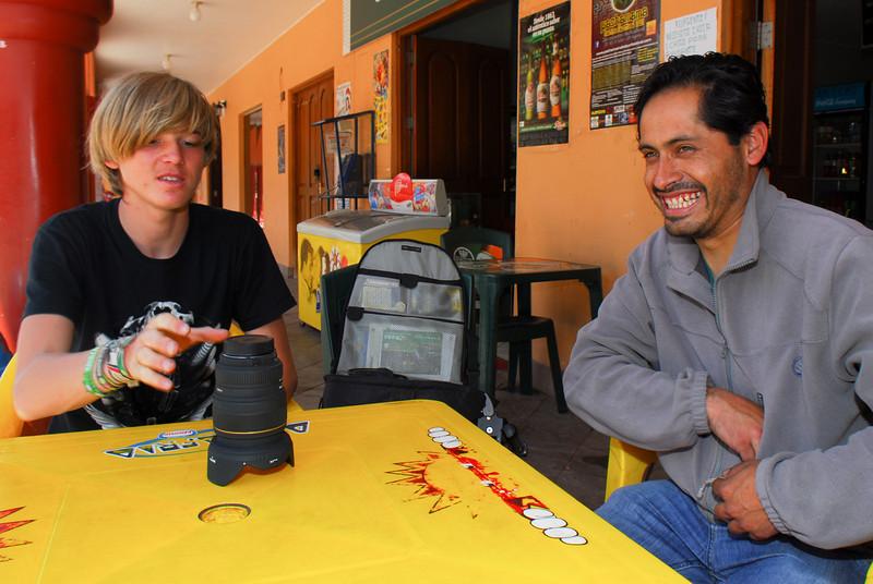 Yngwie Vanoucke & Erick Rojas - Esperando el café - Plaza de Armas - Calca - Valle Sagrado de los Incas - Cusco - Perú<br /> <br /> Yngwie Vanoucke & Erick Rojas - Waiting for a coffee - Plaza de Armas - Calca - Valle Sagrado de los Incas - Cusco - Peru<br /> <br /> Yngwie Vanoucke & Erick Rojas - Aan 't wachten op onze koffie - Plaza de Armas - Calca - Valle Sagrado de los Incas - Cusco - Peru<br /> <br /> Yngwie Vanoucke & Erick Rojas - En attente de notre tasse de café - Plaza de Armas - Calca - Valle Sagrado de los Incas - Cusco - Pérou