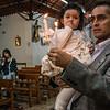 Padre Carlos 'Chemo' Rojas Santander con su hija Salma durante el bautizo en la parroquia Santísima Trinidad de Mariscal Gamarra en Cusco