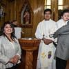 Los felices padres con el padre Juan Contreras Quispe de la parroquia Santísima Trinidad de Mariscal Gamarra en Cusco