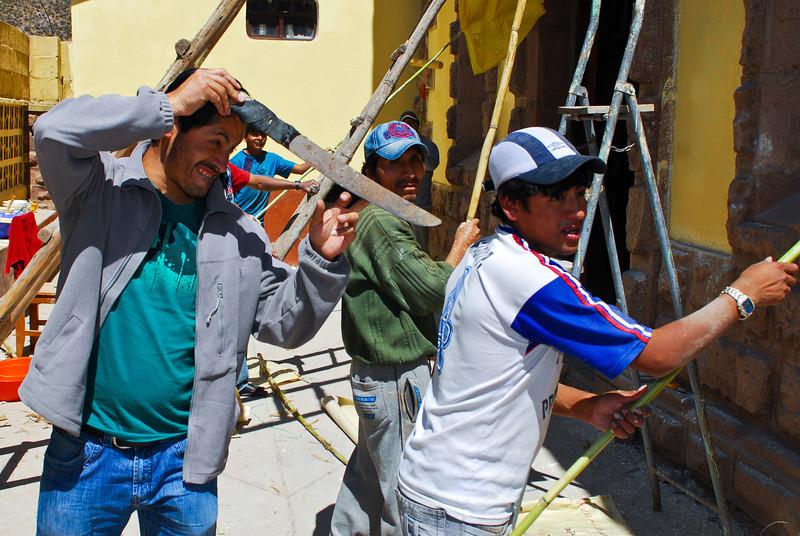 Pintores alistando el templo para un matrimonio - Plaza de Armas - Calca - Valle Sagrado de los Incas - Cusco - Perú<br /> <br /> Painters are refreshing the church for the upcoming wedding - Plaza de Armas - Calca - Valle Sagrado de los Incas - Cusco - Peru<br /> <br /> Schilderaars geven de kerk een laagje verf voor de bruiloft van komend weekend - Plaza de Armas - Calca - Valle Sagrado de los Incas - Cusco - Peru<br /> <br /> Peintres donant une nouvelle couche à l'église pour le mariage de ce weekend - Plaza de Armas - Calca - Valle Sagrado de los Incas - Cusco - Pérou