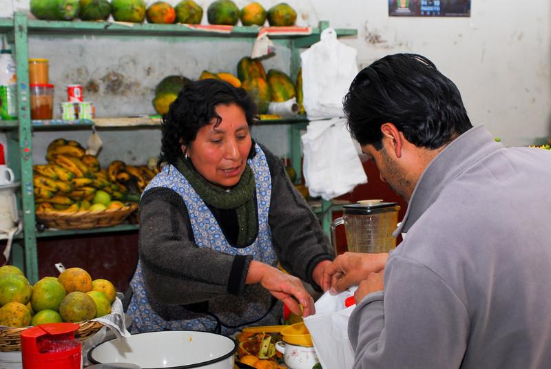 Comprando 6 kilos miel de abeja en el mercado cubierto - Calca - Cusco - Perú<br /> <br /> Buying 6 kg honey at the covered market - Calca - Cusco - Peru<br /> <br /> Net 6 kg honing gekocht op de overdekte markt - Calca - Cusco - Peru<br /> <br /> Je viens d'acheter 6 kg de miel au marché couvert - Calca - Cusco - Pérou