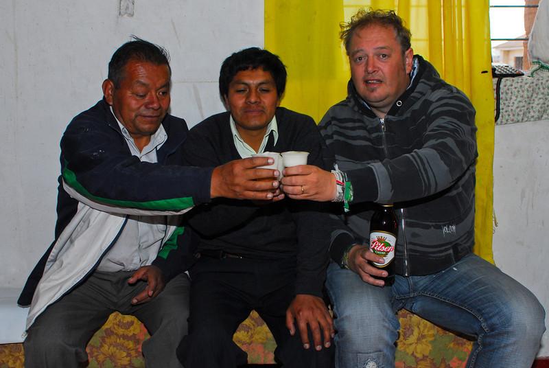 Tomando una chela con Lucio & Mario - Tiendecita a las afueras de Chinchero - Cusco - Perú<br /> <br /> Having a beer with Lucio & Mario - Small shop outside of Chinchero - Cusco - Peru<br /> <br /> Pintje pakken met Lucio & Mario - Rand van Chinchero - Cusco - Peru<br /> <br /> Une petite bière avec Lucio & Mario - non loin de Chinchero - Cusco - Pérou