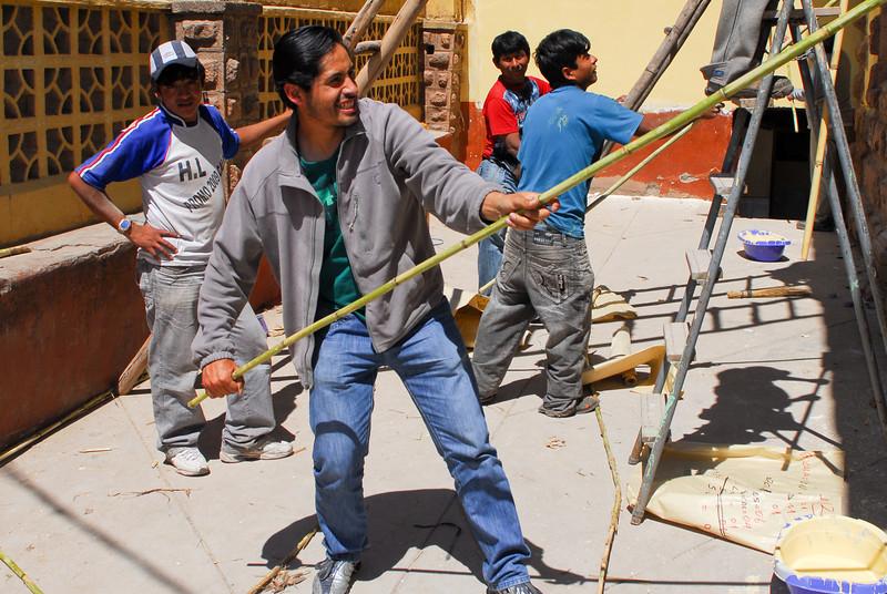 El siempre chistoso Erick ayudando a los pintores - Plaza de Armas - Calca - Valle Sagrado de los Incas - Cusco - Perú<br /> <br /> Always funny Erick helping the local painters - Plaza de Armas - Calca - Valle Sagrado de los Incas - Cusco - Peru<br /> <br /> Nooit verlegen voor een mop - Plaza de Armas - Calca - Valle Sagrado de los Incas - Cusco - Peru<br /> <br /> Notre ami farçeur Erick- Plaza de Armas - Calca - Valle Sagrado de los Incas - Cusco - Pérou