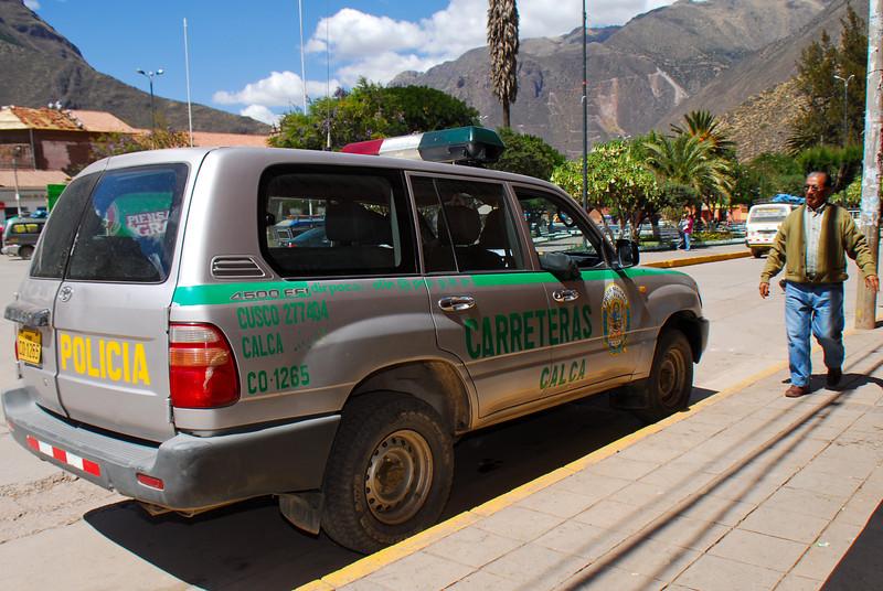 Línea amarilla pero para ellos no sirve - Plaza de Armas - Calca - Valle Sagrado de los Incas - Cusco - Perú<br /> <br /> Yellow line but not for these cops - Plaza de Armas - Calca - Valle Sagrado de los Incas - Cusco - Peru<br /> <br /> Gele lijn maar duidelijk niet voor deze flikken - Plaza de Armas - Calca - Valle Sagrado de los Incas - Cusco - Peru<br /> <br /> Ligne jaune mais visiblement pas pour les flics - Plaza de Armas - Calca - Valle Sagrado de los Incas - Cusco - Pérou