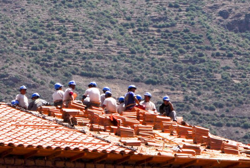 Hombres trabajando o hombres almorzando - Plaza de Armas - Calca - Valle Sagrado de los Incas - Cusco - Perú<br /> <br /> Men at work or lunching men - Plaza de Armas - Calca - Valle Sagrado de los Incas - Cusco - Peru<br /> <br /> Middagmaal op hoogte - Plaza de Armas - Calca - Valle Sagrado de los Incas - Cusco - Peru<br /> <br /> Déjeuner en hauteur - Plaza de Armas - Calca - Valle Sagrado de los Incas - Cusco - Pérou