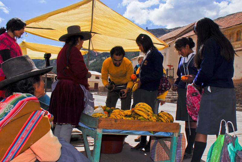Mi pata Chemo comprando palta para el almuerzo - Checacupe - Canchis - Cusco - Perú<br /> <br /> My friend Chemo buying avocados for lunch - Checacupe - Canchis - Cusco - Peru<br /> <br /> Mijn maat Chemo koopt avocado's voor het middagmaal - Checacupe - Canchis - Cusco - Peru<br /> <br /> Mon pote Chemo achetant des avocats pour le repas de midi - Checacupe - Canchis - Cusco - Pérou