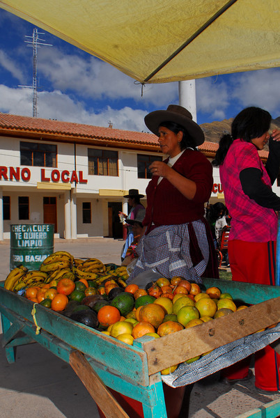 Vendedora de frutas - Checacupe - Canchis - Cusco - Perú<br /> <br /> Fruit stand - Checacupe - Canchis - Cusco - Peru<br /> <br /> Fruitkraam - Checacupe - Canchis - Cusco - Peru<br /> <br /> Vendeuse de fruits - Checacupe - Canchis - Cusco - Pérou