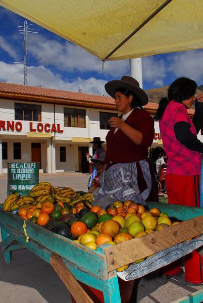 Vendedora de frutas - Checacupe - Canchis - Cusco - Perú<br /> <br /> Fruit stand - Checacupe - Canchis - Cusco - Peru<br /> <br /> Fruitkraam - Checacupe - Canchis - Cusco - Peru<br /> <br /> Vendeuse de fruits - Checacupe - Canchis - Cusco - Pérou