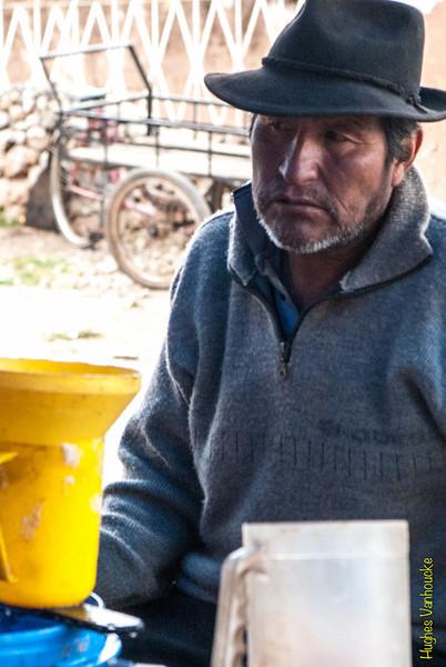 A tomar unas copitas - Mercado de Abastos - Chinchero - Cusco - Perú<br /> <br /> Having a drink - Food Market - Chinchero - Cusco - Peru