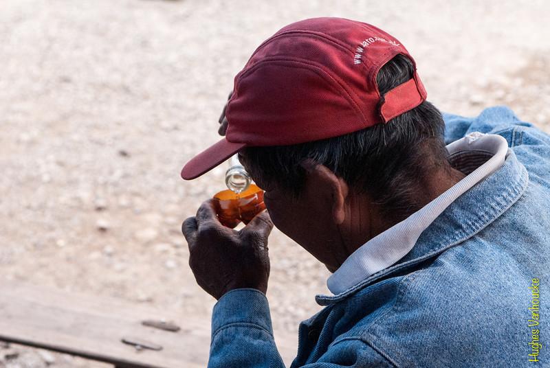 Tomando aguardiente - Mercado de Abastos - Chinchero - Cusco - Perú<br /> <br /> Having an aguardiente a.k.a. firewater - Food Market - Chinchero - Cusco - Peru