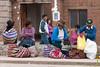 Compradores esperando movilidad a casa - Mercado de Abastos - Chinchero - Cusco - Perú<br /> <br /> Shoppers waiting for a ride home - Food Market - Chinchero - Cusco - Peru