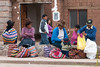Compradores esperando movilidad a casa - Mercado de Abastos - Chinchero - Cusco - Perú<br /> <br /> Shoppers waiting for a ride home - Food Market - Chinchero - Cusco - Peru