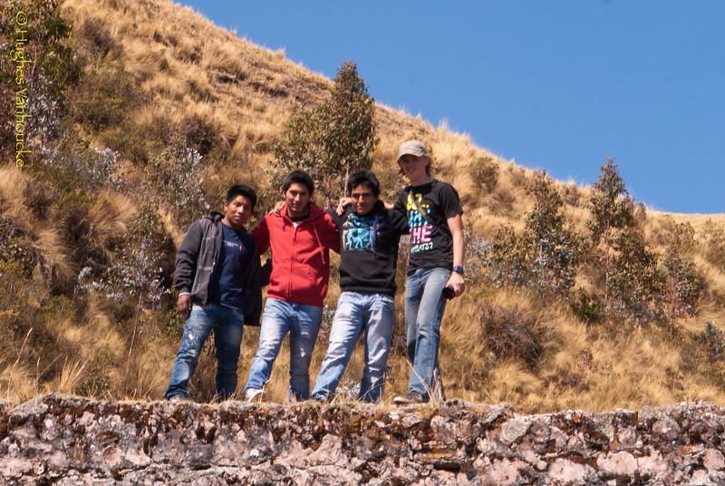 Roger, Orlando, Adolfo & Yngwie sobre el aqueducto colonial a 40' de Chinchero cerca de las antenas de Claro - Cusco - Perú<br /> <br /> Roger, Orland, Adolfo & Yngwie on top of the colonial aqueduct 40' uphill from Chinchero nearby the Claro antennas - Cusco - Peru<br /> <br /> Roger, Orland, Adolfo en Yngwie op de koloniale aqueduct op 40' van Chinchero nabij de Claro antennes - Cusco - Peru<br /> <br /> Roger, Orlando, Adolfo & Yngwie sur l'aqueduc colonial à 40' de Chinchero à proximité des antennes de Claro - Cusco - Pérou