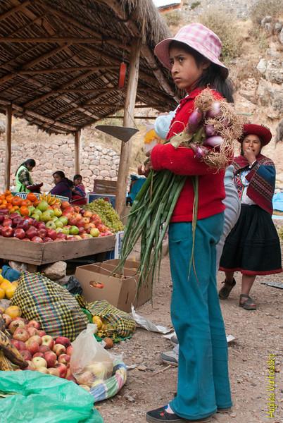 Me parece que tenía más ganas de entrar al Internet que de hacer las compras - Mercado de Abastos - Chinchero - Cusco - Perú<br /> <br /> Looks like she would rather have spent some time on the Internet instead of shopping - Food Market - Chinchero - Cusco - Peru