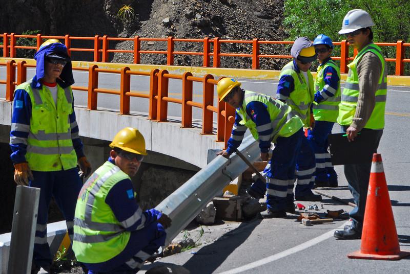 Hombres chambeando, un poco antes de llegar a la capital peruana del anís (Apurímac - Perú)<br /> <br /> Men at work little before reaching the anise capital of Peru (Apurímac - Peru)<br /> <br /> Des hommes travaillent ... un peu avant d'arriver à la capitale péruvienne de l'anis (Apurímac - Pérou)<br /> <br /> Werklieden ... net voor we de anijshoofdstad van Peru bereiken (Apurímac - Peru)