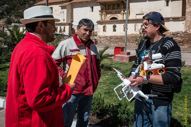 Hablando del drone con gente de la D.R.C. de Cusco en la plaza de armas de Checacupe