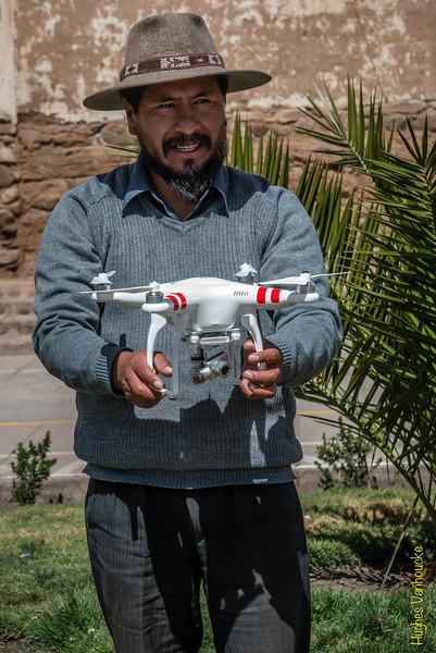 El alcalde de Checacupe, Sr. Alejo Valdez Yllapuma, con el drone DGI Phantom 2 Vision Plus