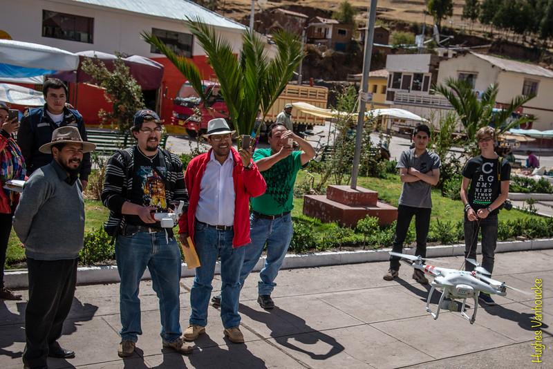 Demostración del drone DGI Phantom 2 Vision Plus con el alcalde de Checacupe, Alejo Valdez Yllapuma, en la plaza de Checacupe
