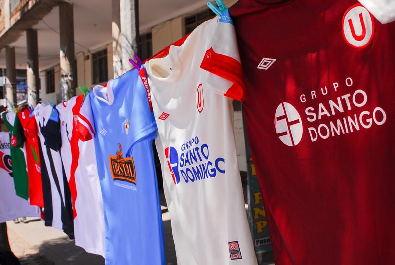 Camisetas de equipos capitalinos - Plaza Túpac Amaru - Wanchaq - Cusco - Perú<br /> <br /> Shirts of capital city teams - Plaza Túpac Amaru - Wanchaq - Cusco - Peru<br /> <br /> Truitjes van hoofdstedelijke teams - Plaza Túpac Amaru - Wanchaq - Cusco - Peru<br /> <br /> Maillots d'équipes capitalines - Plaza Túpac Amaru - Wanchaq - Cusco - Pérou