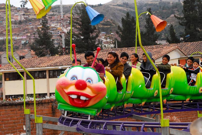 El ratón loco con pinta de caracol - Juegos Mecánicos - Santa Ursula - Cusco - Perú<br /> <br /> Caterpillar for all ages - Santa Ursula fairground - Santa Ursula - Cusco - Peru<br /> <br /> Rare muis als je het mij vraagt - Santa Ursula Kermis - Santa Ursula - Cusco - Peru<br /> <br /> Ils ont tous l'air de s'amuser - Kermesse de Santa Ursula Kermis - Santa Ursula - Cusco - Pérou