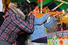 Dos chicas y una arma de fuego - Juegos Mecánicos - Santa Ursula - Cusco - Perú<br /> <br /> Watch out, two girls with a fire weapon - Santa Ursula fairground - Santa Ursula - Cusco - Peru<br /> <br /> Zoek dekking, twee meisjes en een vuurwapen - Santa Ursula Kermis - Santa Ursula - Cusco - Peru<br /> <br /> Attention, deux filles et une carabine - Kermesse de Santa Ursula Kermis - Santa Ursula - Cusco - Pérou
