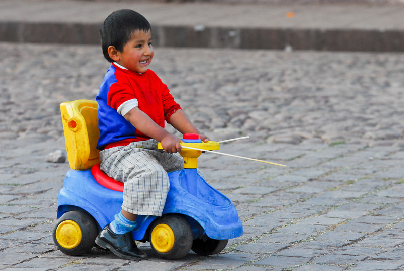 Chivolo en la plaza de Huarocondo donde casi no hay tráfico - Huarocondo - Anta - Cusco - Perú<br /> <br /> Kid at play on the Huarocondo square where traffic is virtually inexistent - Huarocondo - Anta - Cusco - Peru<br /> <br /> Spelend kind op de markt van Huarocondo waar het verkeer vrijwel nihil is - Huarocondo - Anta - Cusco - Peru<br /> <br /> Enfant jouant sur la place de Huarocondo où le trafic est pratiquement inexistant