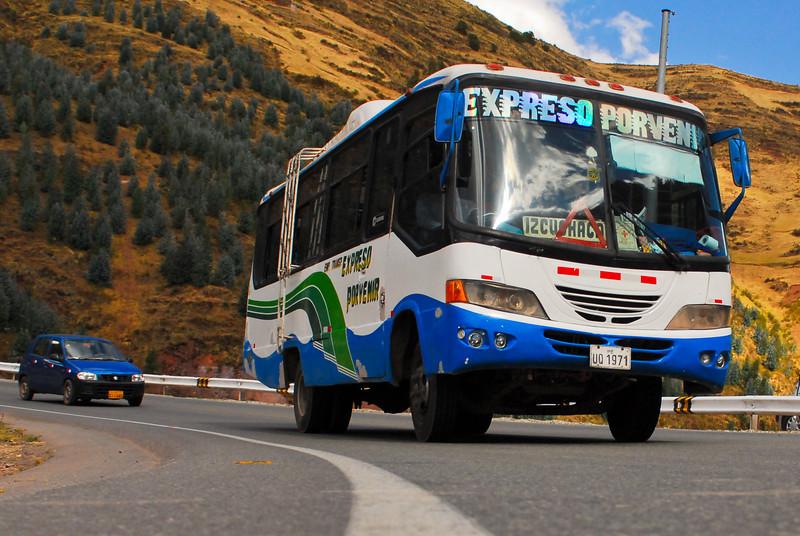 Los reyes del camino ... hasta que llegue un más grande - Poroy - Cusco - Perú<br /> <br /> Kings of the road ... until arrives a bigger one - Poroy - Cusco - Peru<br /> <br /> Heersers van de weg ... tot een grotere opduikt - Poroy - Cusco - Peru<br /> <br /> Roi de la route ... jusqu'à ce qu'apparaisse un plus grand - Poroy - Cusco - Pérou