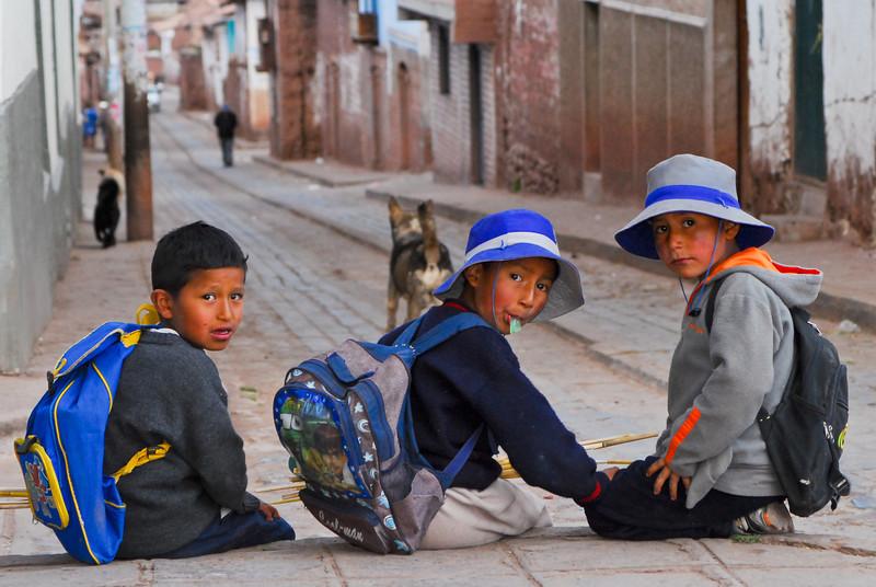 Los escolares de la región Cusco tienen la obligación de usar sombrero para protegerse contra el sol - Huarocondo - Anta - Cusco - Perú<br /> <br /> Schoolkids of the Cusco region are required to wear headgear to protect themselves from the sun - Huarocondo - Anta - Cusco - Peru<br /> <br /> Schoolkinderen in de regio Cusco zijn verplicht een hoofddeksel te dragen om zicht te beschermen tegen de felle zon - Huarocondo - Anta - Cusco - Peru<br /> <br /> Les écoliers de la région Cusco sont obligés de porté un chapeau afin de se protéger contre le soleil - Huarocondo - Anta - Cusco - Pérou