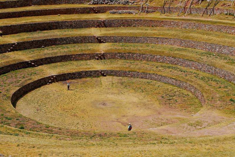 Abajo hace 15°C más calor que arriba - Moray - Maras - Valle Sagrado de los Incas - Cusco - Perú<br /> <br /> It's 15°C warmer in the lower circle than the upper one - Moray - Maras - Valle Sagrado de los Incas - Cusco - Peru<br /> <br /> 15°C Wamer in de laagste cirkel t.o.v. de hoogste - Moray - Maras - Valle Sagrado de los Incas - Cusco - Peru<br /> <br /> Il fait 15°C plus chaud dans le cercle inférieur vis à vis du cercle supérieur - Moray - Maras - Valle Sagrado de los Incas - Cusco - Pérou