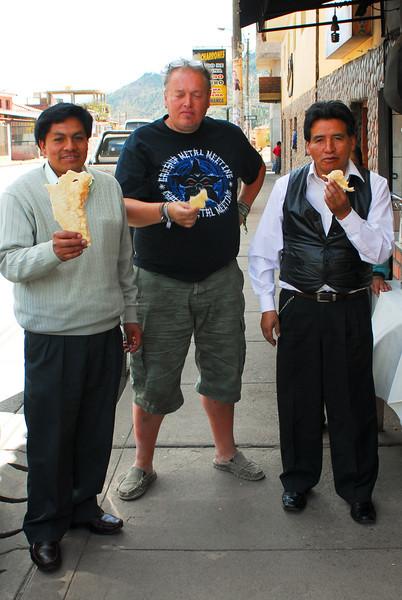Buen plan, ir a comer chicharrón (cortezas de cerdo) con los patas Mario & Agripino - Chicharronería Mi Sabrocito - Saylla - Cusco - Perú<br /> <br /> Good idea for lunch in Cusco with my friends Mario & Agripino: chicharrón (pork scratching) - Chicharronería Mi Sabrocito - Saylla - Cusco - Peru<br /> <br /> Eerste middagmaal in Cusco samen met vrienden Mario & Agripino: chicharrón (knabbelspek) - Chicharronería Mi Sabrocito - Saylla - Cusco - Peru<br /> <br /> Bonne idée pour une petite bouffe: chicharrón (grattons) - Chicharronería Mi Sabrocito - Saylla - Cusco - Pérou
