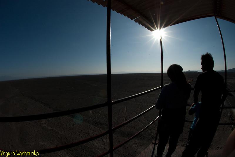 Joven familia encima del mirador - Líneas de Nazca - Nazca - Ica - Perú<br /> <br /> Young family on the observation tower - Nazca Lines - Nazca - Ica - Peru<br /> <br /> Jong gezin op de observatietoren - Nazca-lijnen - Nazca - Ica - Peru<br /> <br /> Jeune famillle sur la tour d'exploration - Lignes de Nazca - Nazca - Ica - Pérou