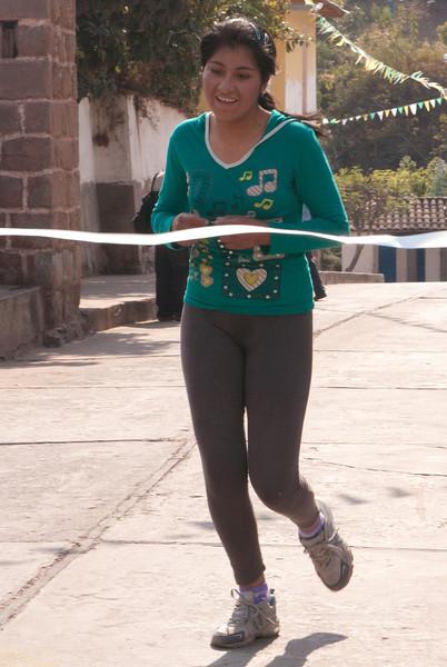 Carrera de atletimso, llegada de la ganadora - Limatambo - Cusco - Perú<br /> <br /> Running contest: arrival of the first lady - Limatambo - Cusco - Peru<br /> <br /> Loopwedstrijd en aankomst van de eerste dame - Limatambo - Cusco - Peru<br /> <br /> Course à pied et arrivée de la première dame - Limatambo - Cusco - Pérou