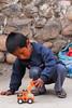 Chivolo jugando - Cusipata - Quispicanchi - Cusco - Perú<br /> <br /> Kid at play - Cusipata - Quispicanchi - Cusco - Peru<br /> <br /> Meer dan spelen hoeft deze nog niet - Cusipata - Quispicanchi - Cusco - Peru<br /> <br /> Gosse avec jouet chinois - Cusipata - Quispicanchi - Cusco - Pérou