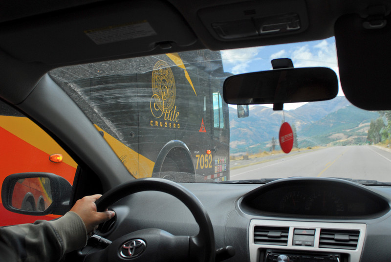 Loco malcriado de Cruz del Sur - Cusipata - Quispicanchi - Cusco - Perú<br /> <br /> Leaving the town with a speed limit of 30 km/h and interdiction of overtaking but Cruz del Sur doesn't care - Cusipata - Quispicanchi - Cusco - Peru<br /> <br /> De keizers van de weg ondanks inhaalverbod en snelheidslimiet - Cusipata - Quispicanchi - Cusco - Peru<br /> <br /> Les rois de la route me dépassent sans tenir compte de la limite de vitesse et l'interdiction de dépasser - Cusipata - Quispicanchi - Cusco - Pérou