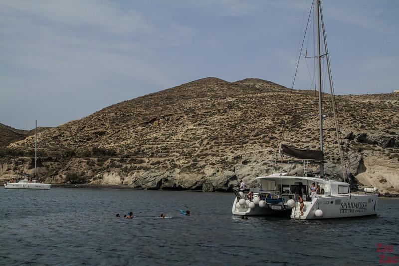 nager à Santorin depuis un catamaran