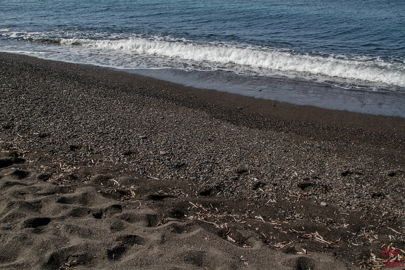 black beach of Vlichada Santorini 2