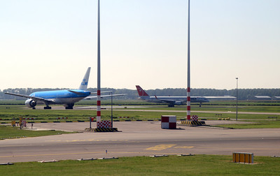 NWA 757 ready for take-off. 2 KLM 777 lining up to go next.