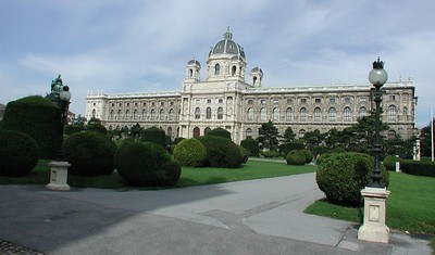What follows are historical and civic buildings in the vicinity of of Maria-Theresa Plaza  and Helden Plaza.