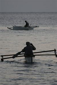 Vissers op weg naar vangst bij zonsondergang. Anda, Bohol, de Filipijnen.