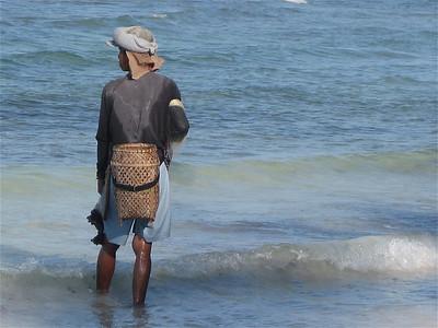 Op zoek naar schelp- en schaaldieren. Siquijor, de Filipijnen.