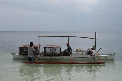 De scheepshond mag ook mee vissen. Anda, Bohol, de Filipijnen.