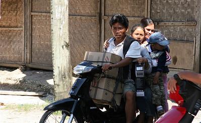 Een typisch Filipijns tafereeltje. Dit zijn er vijf, maar dat is nog maar een middenmotertje. Siquijor, de Filipijnen.