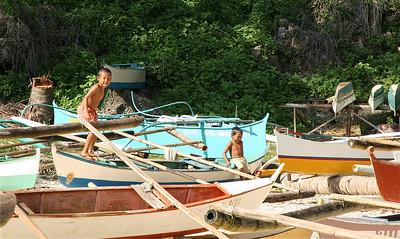 De haven als speeltuin. Anda, Bohol, de Filipijnen.