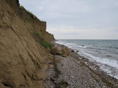 In het zand zitten stenen