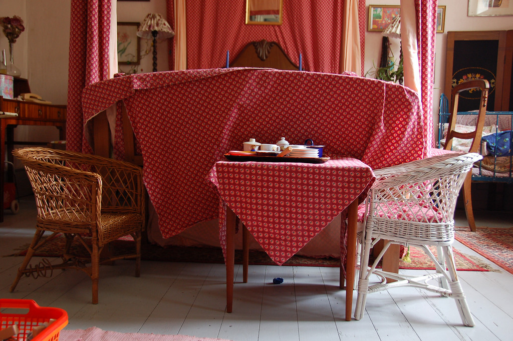 Tea for the little people <br /> <br /> We stopped at a cafe (or so the name said) where they had a 'cake buffet' that afternoon. Moreover, each room was decorated in a different shade of color, complete with tapestries, furniture and wall paper to match.