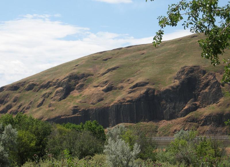 More columnar basalt.