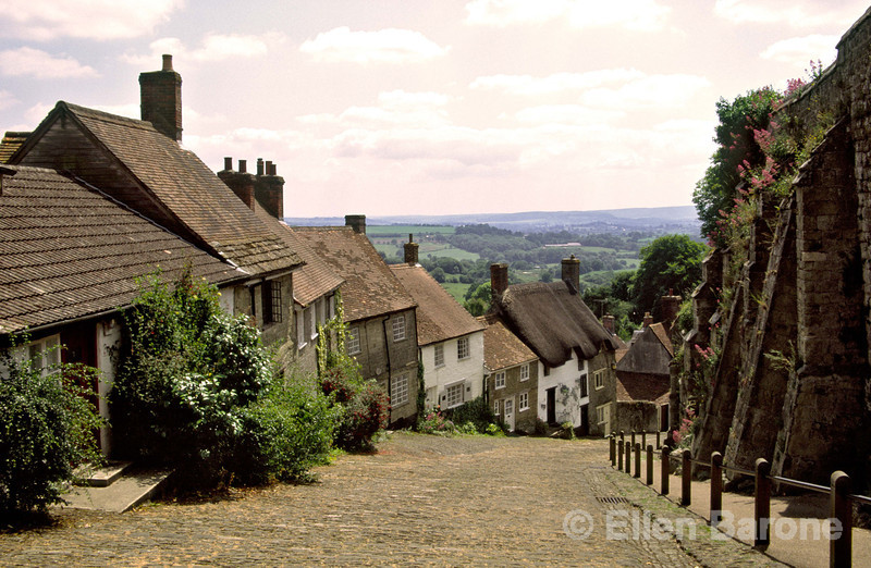 Eighteenth-century cottages line cobblestoned Gold Hill, Shaftesbury, Wessex, England.