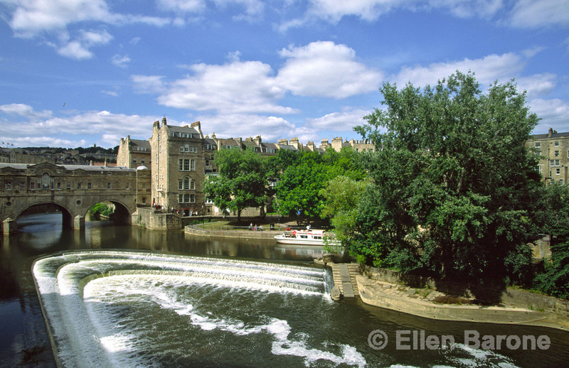 Pulteney Bridge and the River Avon, Bath, England.