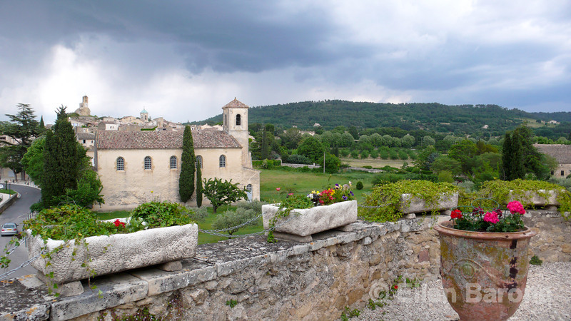 The pretty village of Lourmarin as viewed from the Chateau de Lourmarin, Luberon, Provence, France, Europe