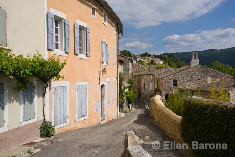 The narrow village streets of Menerbes, the Luberon, Provence, France, Europe